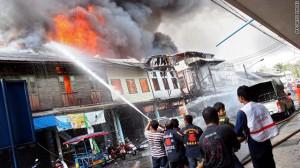 danni auto-bomba Yala a fuoco case e negozi