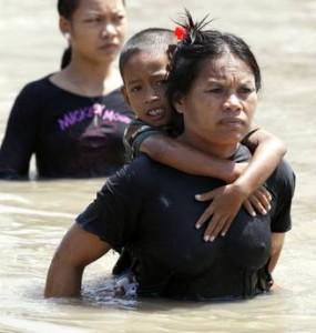 Thailandia problema alluvione: in fuga la popolazione attraverso l'acqua alta