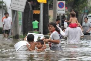 Bangkok, thai cercano scampo dall'acqua alta