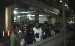 Curiosi accorsi dopo il suicidio di un americano al View Talay di Pattaya
