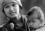 foto ragazza thai con bambino villaggi del nord thailandia