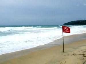 mare in Thailandia: spiaggia Karon beach, bandiera rossa segnala maltempo