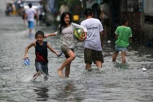 Bambini giocano in thailandia dopo la tempesta tropicale  Nock-Ten