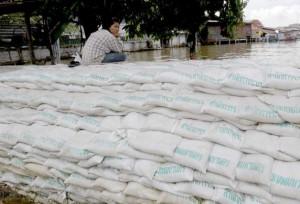 Sacchi di sabbia che proteggono dalle inondazioni Bangkok - Thailandia ottobre 2011