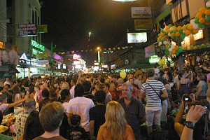 Turisti stranieri nel quartiere di Khao San Road a Bangkok