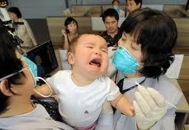 Bambino riceve cure nel sud-est asiatico