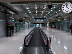 terminal degli arrivi vuoto a seguito dell'epidemia di coronavirus, all'aeroporto di Suvarnabhumi a Bangkok
